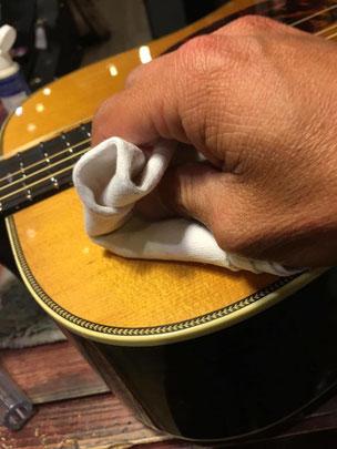 ギターのボディをピカピカに磨く作業