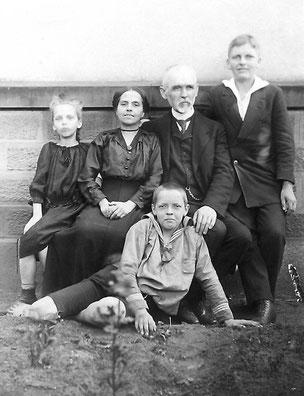 Meine Großeltern Mathilde und August Siebert mit ihren Kindern Elfriede Heinz-Martin und Hans-Theodor etwa 1917 in Bockenheim