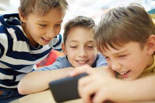 Jungs am Smartphone