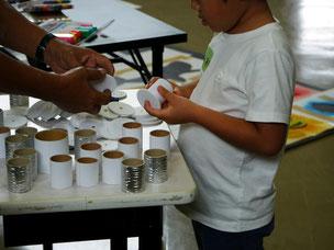 先生の糸巻き車は、筒と円台紙を組み合わせます。