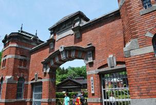 金沢監獄正門。レンガ造に石の帯状装飾を入れるのは当時の洋風建築の流行だそうです。