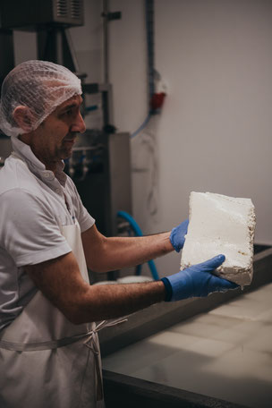 Mozzarella in der Herstellung