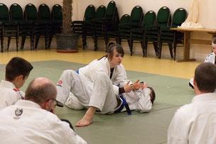 Verena Rücker vermittelt Informationen zum Bodenkampf beim Gemeinschaftstraining Judo JuJutsu Freunde Nordwest, Foto: Andreas Hartwig
