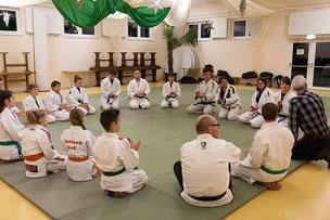 Angrüss-Runde beim Gemeinschaftstraining JuJutsu Judo Freunde Nordwest, zu Gast der Delmenhorster Oberbürgermeister Axel Jahnz, Foto: Andreas Hartwig