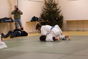 Verena Rücker beim Gemeinschaftstraining Judo JuJutsu Freunde Nordwest, im Hintergrund fotografiert die regionale Presse