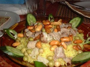 パルミラ遺跡近くの食堂で食べたマンサフ。ごはんに羊肉、揚ピーナッツ、オリーブなどがトッピング