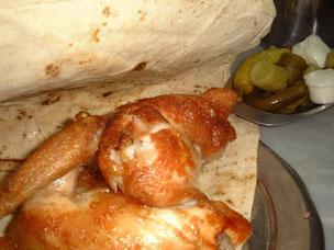 ダマスカスで地元の人に人気のローストチキン専門店にて。ピクルスの横にあるマヨネーズのように見えるのはニンニクがきいた絶品のソース