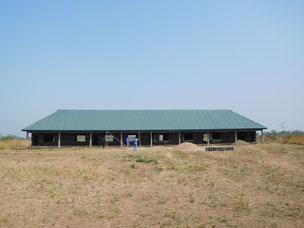 Schulhaus Rohbau mit neuem Dach
