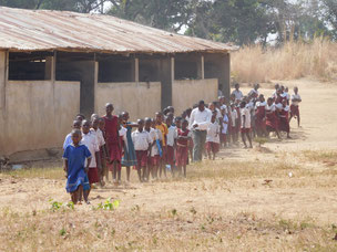 Die Schülerinnen und Schüler von Nkomoro begrüssen die Ezindu-Delegation