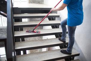 Die Treppenhausreinigung in Fürstenfeldbruck betrifft sowohl Mieter als auch Gewerbetreibende. Das Treppenhaus ist der Ort, den Besucher/innen und Gäste beim Betreten eines Hauses zuerst sehen.