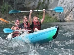 Partir avec deux enfants est possible en kayak biplaces.