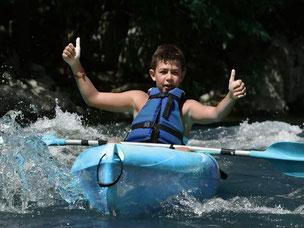 Kayak monoplace avec un jeune pagayeur.