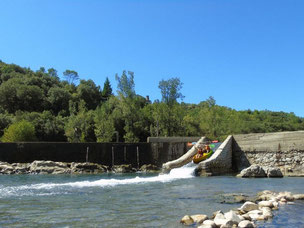 Descent of Ardeche river with some passes through the dams by slidesPassage de glissière en canoe kayac en amont de Vallon Pont d'Arc, une proposition de  location plébicité par les familles qui loue sur ce parcours.