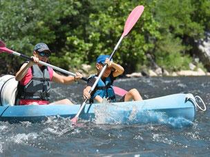 Les Gorges de l'Ardeche vertion cool, en canoe kayac biplaces, une formule louée par les familles.