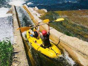 Passage d'une glissière sur un barrage de l'Eyrieux en canoe kayac