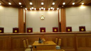 今日は、憲法裁判所と女性家庭部に行きました。憲法裁判所とは、法律等が憲法に違反してるか否かの判断に特化した裁判所です。今まで、470件以上の違憲判決を出してるとのこと、驚きです。裁判官の椅子には韓国らしい座布団がありました。女性家庭部とは、日本で言えば、内閣府の男女共同参画室です。セキュリティチェックが厳格でした。写真はいずれも憲法裁判所です。
