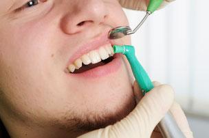 Damit sich nicht so schnell wieder Beläge festsetzen, werden die Zahnoberflächen poliert. (© okskaymark - Fotolia.com)