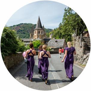 Demoiselles d'honneur se dirigeant vers l'abbatiale de Conques.