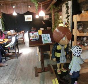 奥に喫茶コーナーがあり、入口で鬼太郎と小さな子が見つめあっていました