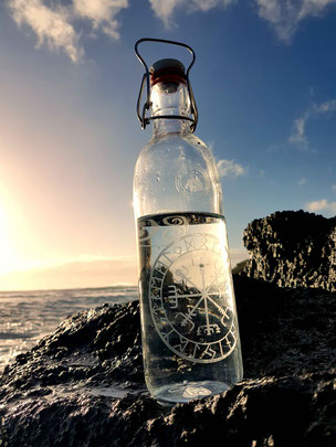 runenkompass, wikinger kompass, trinkflasche aus glas, vegvisir, kelten, runen
