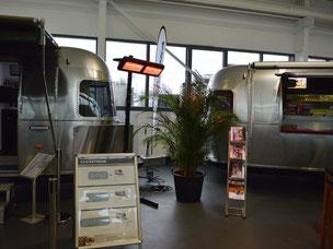 Mobile Heizstrahler in einer Ausstellung