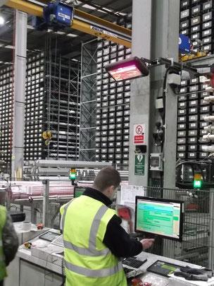 Wärme am Arbeitsplatz durch Heizstrahler in großer halle