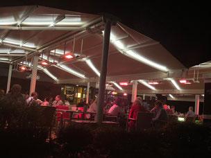 Abends gut besuchte Terrasse mit Heizstrahlern