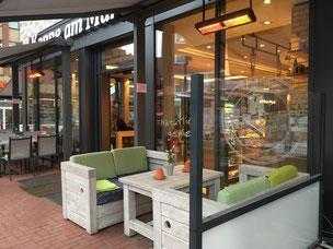 Gemütliche beheizte Lounge vor Café Terrasse