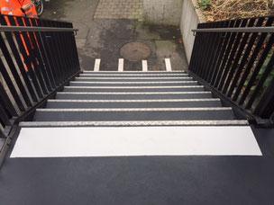 Treppe Markierung, für die Sicherheit der Reisenden auf Bahnhöfen