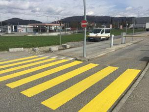 Strassenmarkierung, Zebrastreifen, Markierungen aller Art im Strassenverkehr, Verkehrszeichen, Verkehrsoberfläche