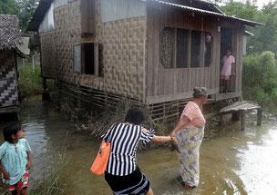 Miss Lha Lha Kyi aide Thae Su la coordinatrice locale de PASDB, à marcher dans la boue (on s'enfonce de 20 cm !) pendant une visite avec Thierry.