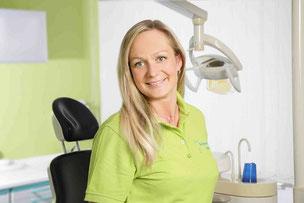 Zahnmedizinsche Fachangestellte in der Zahnarztpraxis Loebel in Schwerin (© Foto Oliver Scherer, Schwerin)