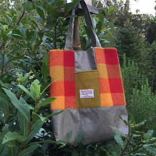 Handtasche und Rucksack aus Harris Tweed und Leder. Fotografiert bei Carloway Brough, Lewis.