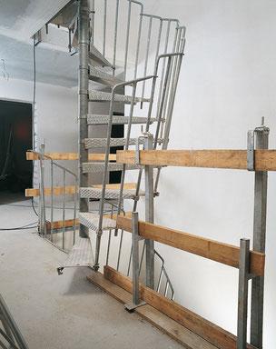Bautreppe von Bucher Treppen - stabile Bautreppe für die Rohbauphase, mit stabilen Baugeländern abgesichert