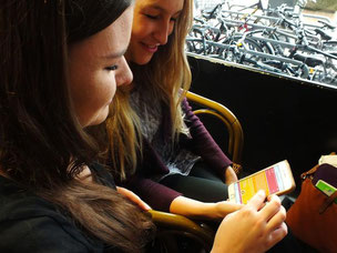 Larissa (re) und Elke diskutieren über Jod el-Postings (Foto: JadeHS/Patrick Klapetz)