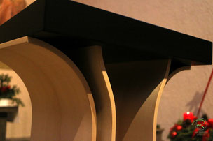 Formvolleindetes Rednerpodest, Rednerpult Holz in Ahorn furniert & schwarz lackierter Buchauflage für Kirche, filigranes Lesepult für Kirche, Stehpult für Vorträge in Ahorn-Holz furniert u. schwarzer Buchablage, Stehpult Holz
