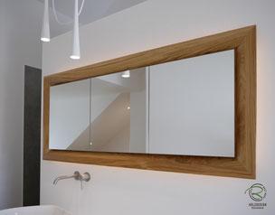 3-türiger Spiegelschrank nach Maß, Waschtisch Eiche mit in Wand eingelassenen Spiegelschrank, 3-türiger Eichen Spiegelschrank mit auf Gehrung gefertigten Spiegelschrankrahmen, Spiegelschrank mit indirekter Beleuchtung,Spiegelschrank Holz mit Eichen-Rahmen