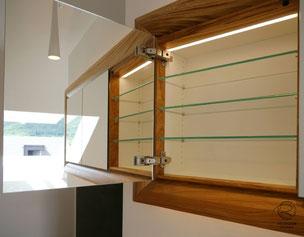 doppelt verspiegelte Spiegelschranktüren, Waschtisch Eiche mit in Wand eingelassenen Spiegelschrank, 3-türiger Eichen Spiegelschrank mit auf Gehrung gefertigten Spiegelschrankrahmen, Spiegelschrank & indirekter Beleuchtung, Spiegelschrank mit Eichenrahmen