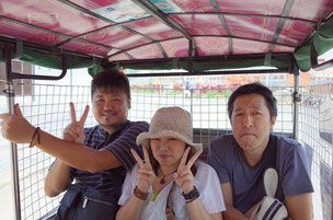 本当は4人乗り?6人で賑々しくトゥクトゥクに揺られる(左からまっすー、ミサエ、ほっしー)
