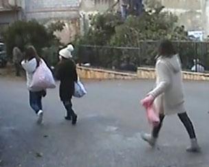"""Gruppetti di bambini/e con le federe dei cuscini  che vanno a """"Zumpare su Ocu"""""""