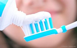 Worauf sollten Sie bei der Auswahl Ihrer Zahnpasta achten? Das erfahren Sie bei uns in der Praxis! (© Rasulov - Fotolia.com)