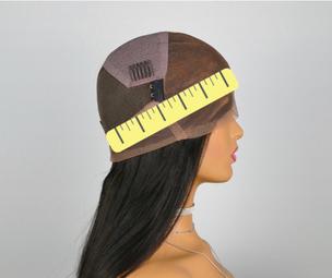Kopfumfang für Passform einer Perücke messen.