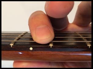弦を押さえる位置
