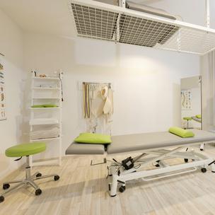 Behandlungsraum mit Liege Physiotherapie Hogrebe