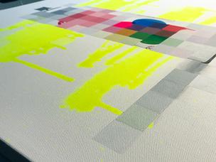 Eine fast fertige Leinwand mit neon gelber Farbe und und einer Sprühdose. Man sieht Pixel und Sprühdosen Striche.