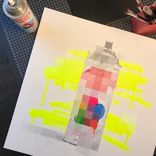 Eine Leinwand mit weißem Hintergrund. Darauf ist eine verpixelte Krylon Sprühdose zu sehen. Im Hintergrund sind neon gelbe Sprühdose Striche. An einigen wenigen Stellen ist die Sprühdose nicht verpixelt und man sieht die Sprüdose und Graffiti Buchstaben.