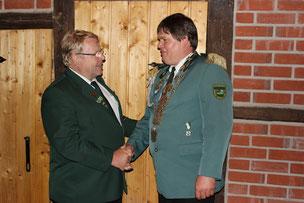 KSV-Vorsitzender Ewald Meyer gratuliert Axel Siemke