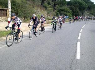 Le peloton, digne d'une course, roule vers Plan-de-Latour