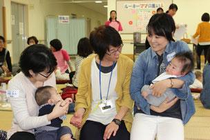 ママ同士で育児について熱心に意見交換が行われた=24日、健康福祉センター