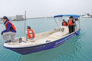 電池推進船のデモ走行が行われ、中山市長(右)が試乗した=25日午前、石垣漁港